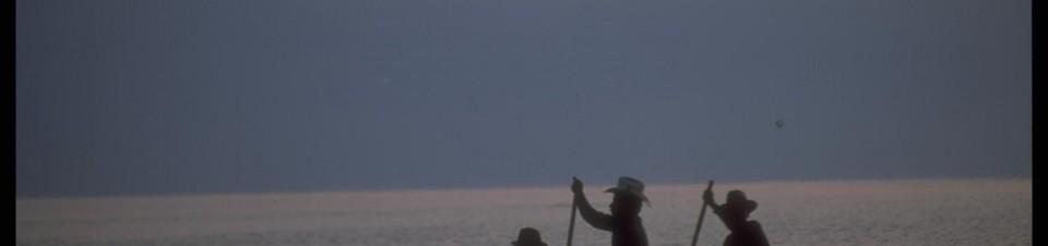 1993. Trois fermiers Zutuhil traversent le lac Atitlan, à proximité du village de Santiago Atitlan.