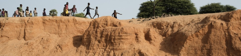 To go to school, threatened by erosion , the children from Seno village, Niamey region, must climb small cliffs carved by a river flood .